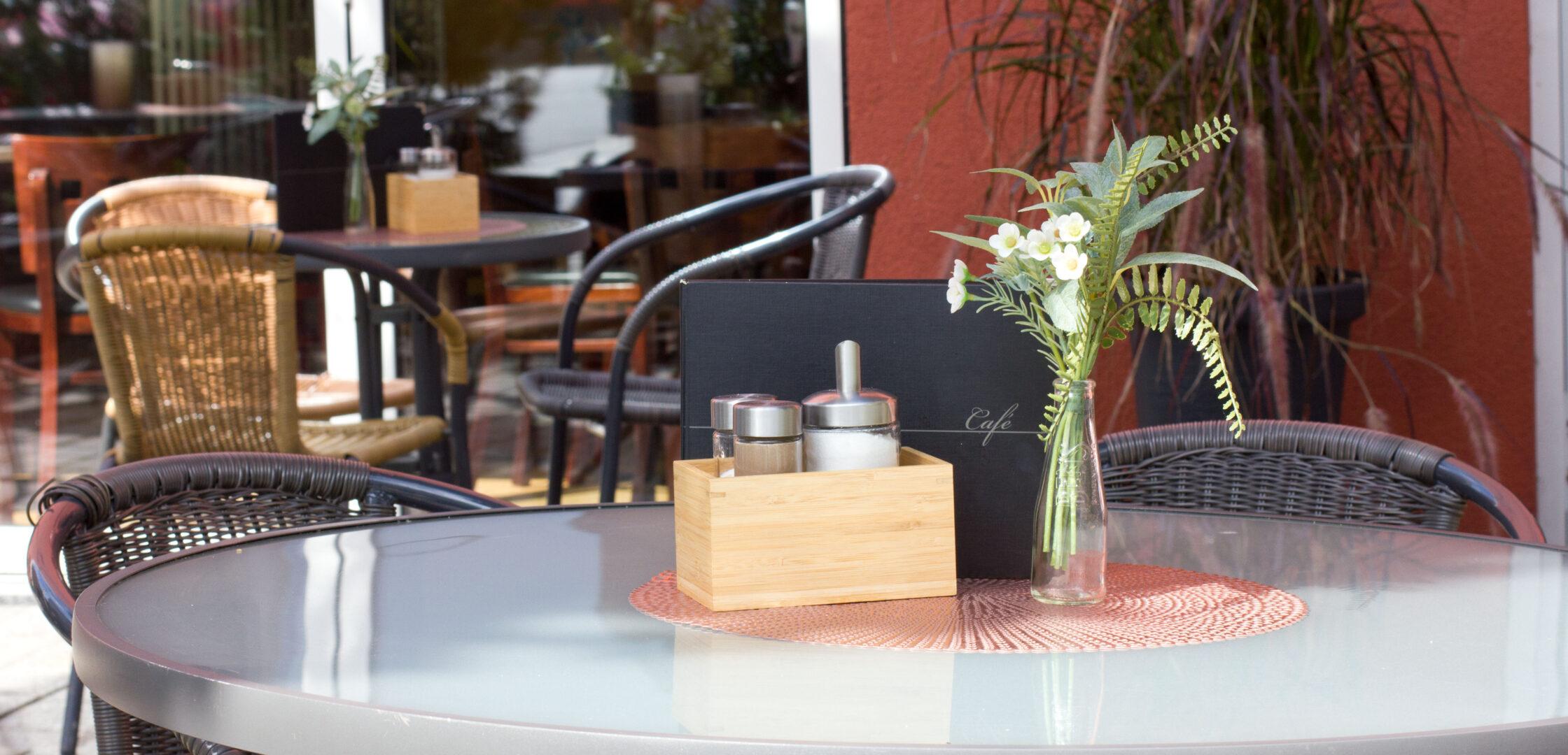 Cafétisch auf der Terrasse