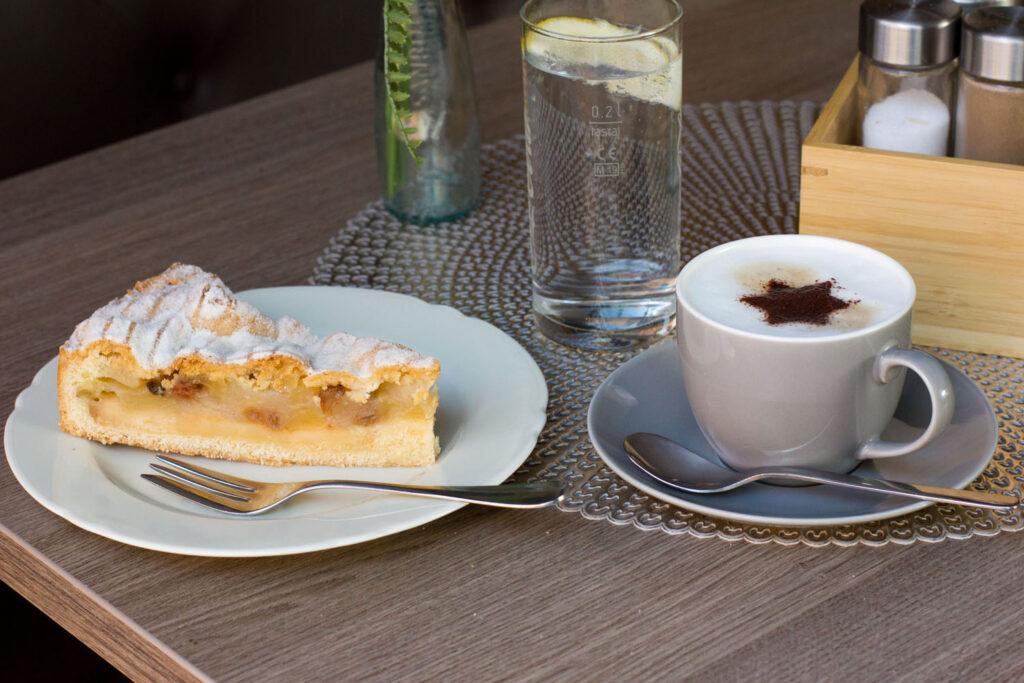 Ein Stück Apfelkuchen mit Cappuccino