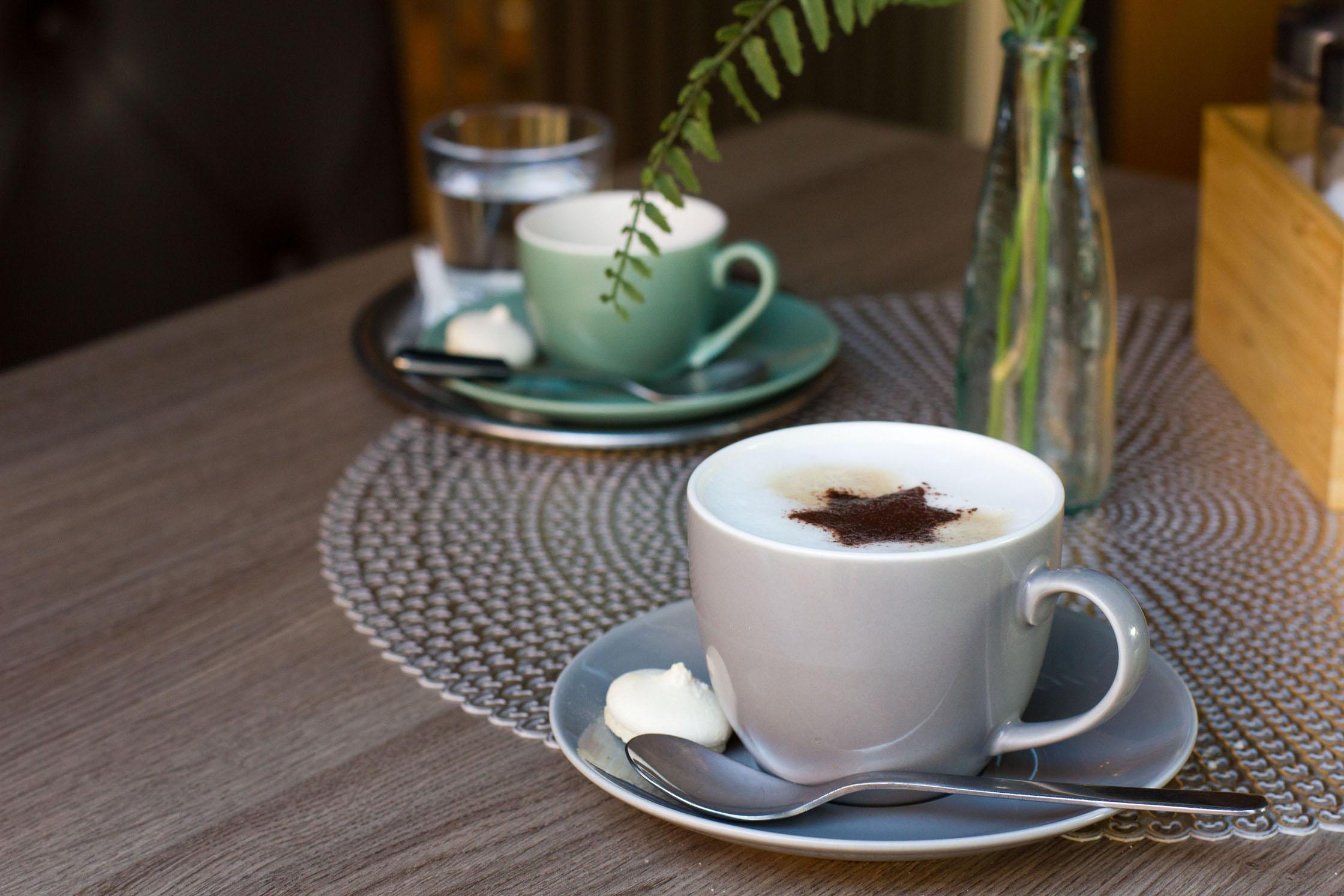 Eine Tasse Espresso und eine Tasse Capuccino